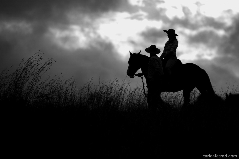 carlosferrari-fotografia-precasamento-andreiaejoelcio-cabanha-cavalos-fotosdiferentes-espontaneas_14